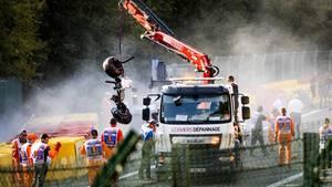 Helfer transportieren die Wracks der beteiligten Fahrzeuge ab