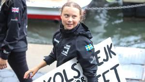 """Greta Thunberg trägt ein Schild, auf dem der Schriftzug """"Schulstreik für das Klima"""" steht"""