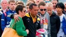 Anthoine Huberts Mutter (l.) und Bruder (4.v.r.) trauern gemeinsam mit Teammitgliedern von Renault an der Strecke in Spa