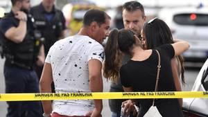 Angehörige kümmern sich vor Ort um eine Augenzeugin des Messerangriffs bei Lyon