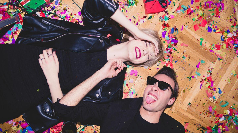 Zwei Menschen auf einer Party