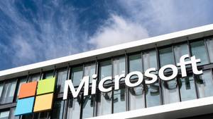 Das Logo von Microsoft an Fassade der Deutschland-Zentrale. Windows 10 Update sorgt derzeit für Probleme.