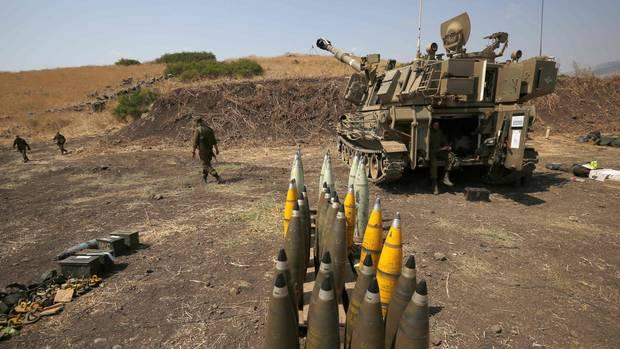Artilleriegeschosse stehen neben einer israelischen Artilleriekanone nahe der libanesischen Grenze