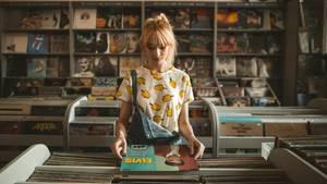 Eine junge Frau in einem Plattenladen