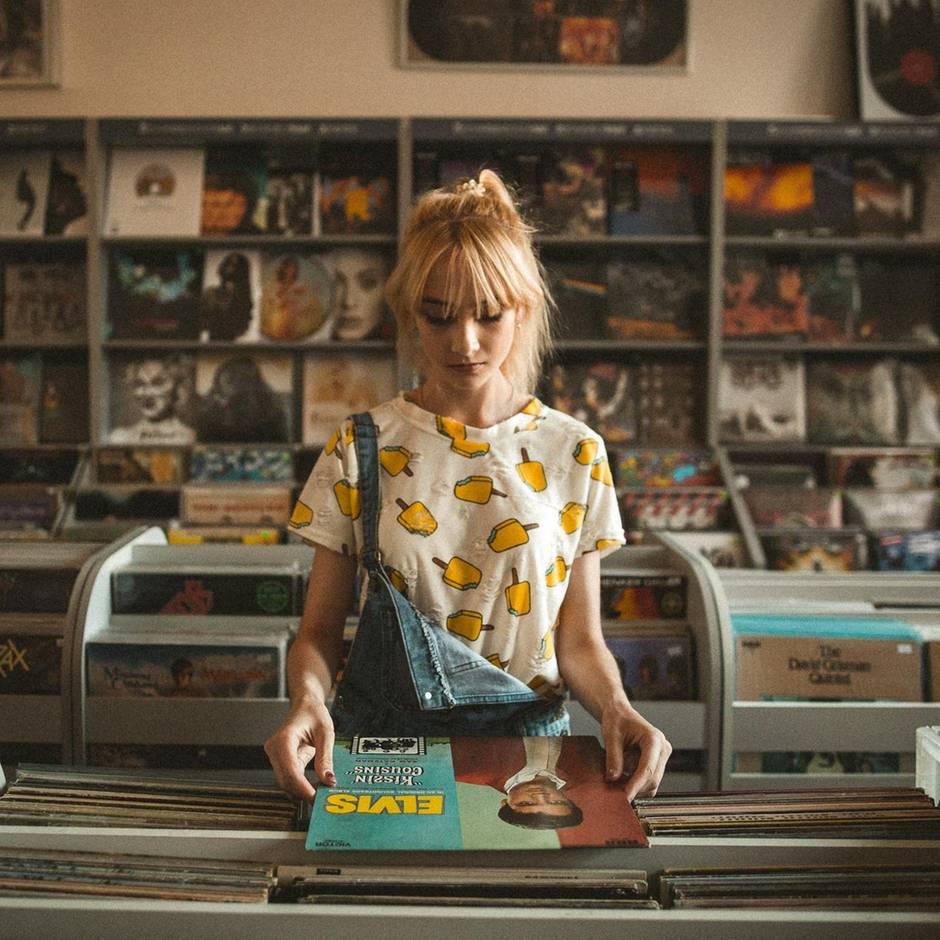 Skurrilitäten auf Twitter: Laura erzählt von den schrägsten Erlebnissen, die sie als Plattenladen-Verkäuferin hatte
