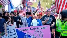 """Foto der """"Straight Pride""""-Parade in Boston zeigt USA-Fahnen schwingende Menschenmasse"""