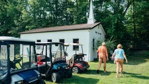 Vor rund 30 Jahren entschloss sich eine kleine christliche Gemeinde in einem Waldstück in Virginia zu leben – und zwar nackt