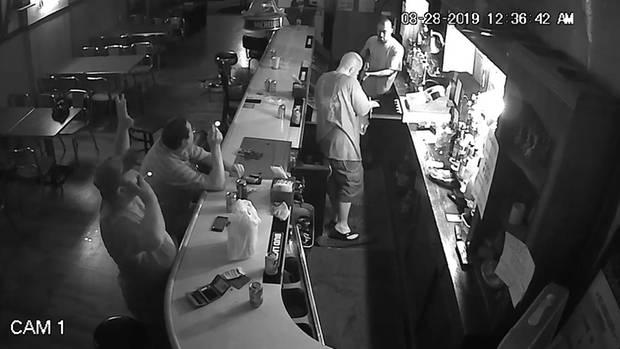 Gast zeigt sich von Überfall auf eine Bar unbeeindruckt