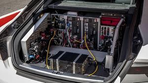 Der Kopfferraum von Walter ist vollgestopft mit Rechnern und Elektronik