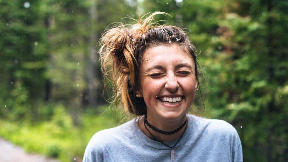Eine lachende junge Frau