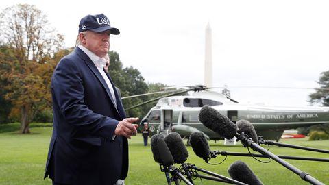 Donald Trump spricht nach seiner Rückkehr vomLandsitz Camp David vor dem Weißen Haus mitJournalisten