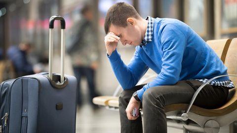 Mann sitzt traurig am Flughafen – In Singapur ist es strafbar, ein Ticket nur zu kaufen, um jemanden am Gate zu verabschieden