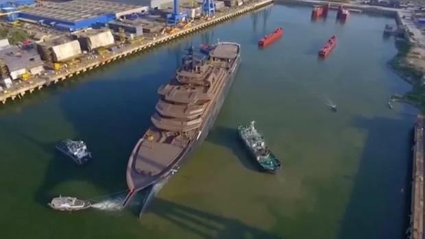 Superyacht im Hafen