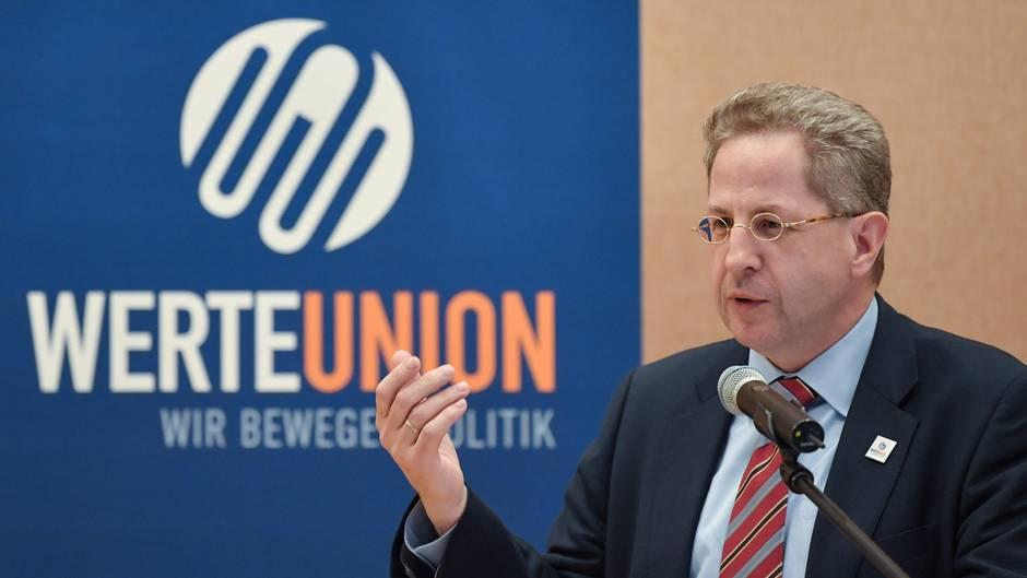 Hans-Georg Maaßen vor Emblem der Werte-Union