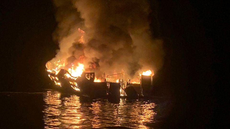 Ein Ausflugsboot in Kalifornien steht in Flammen