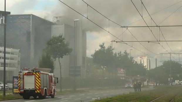 Einsatzkräfte der Feuerwehr löschen einen Brand in einem Kino.