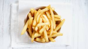 Blind durch Mangelernährung: Eine Schale mit Pommes steht auf einem Tisch
