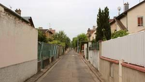 Eine Straße in einem kleinen Dorf