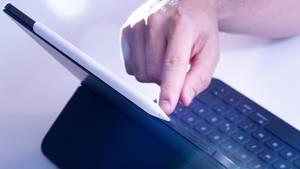 Ein Mann bedient über das Touchpad das iPad Pro