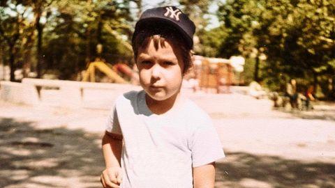 Der 2-jährige Patrick mit Baseballschläger in der Hand
