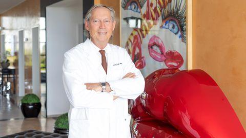 Werner Mang steht in der Lobby seiner Bodenseeklinik in Lindau