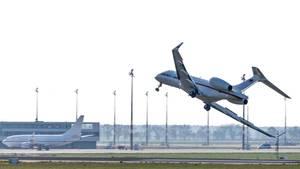 """Ein Jet vom Typ """"Global 5000"""" der Flugbereitschaft der Bundesregierung landet auf dem Flughafen Schönefeld"""