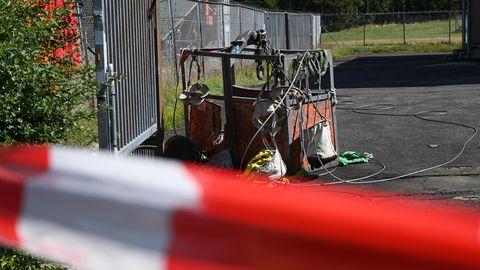 Die abgestürzte Wartungsgondel steht neben dem Sendeturm auf dem Hohen Meissner vor einem Tor