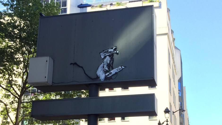 Das Banksy-Kunstwerk in Paris zeigt eine Maus mit Stift in den Pfoten.