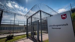 Razzia in der JVA Sehnde: Die Staatsanwaltschaft Hannover ermittelt wegen Bestechlichkeit.