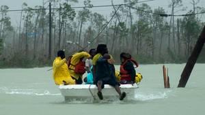 """Freiwillige Helfer retten eine Familie aus dem Flutwasser des Hurrikans """"Dorian"""""""