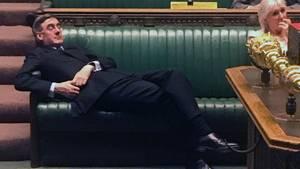 Während die Abgeordneten diskutieren, fläzt sich der Chef des Unterhauses Jacob Rees-Mogg auf der Bank.