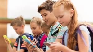 Viele Kinder besitzen heutzutage ein Handy