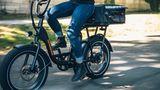 Wird der BMX-Lenker gelockert und geklappt, lässt sich das Bike leicht transportieren.