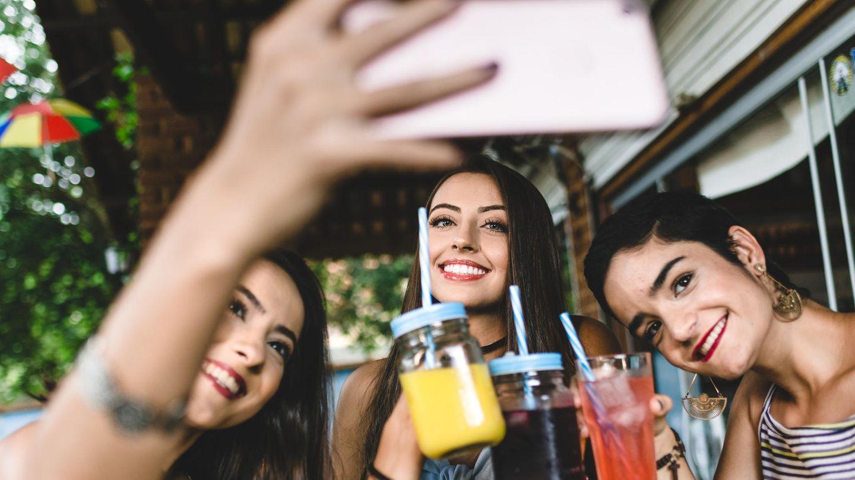 Frauen mit Drinks