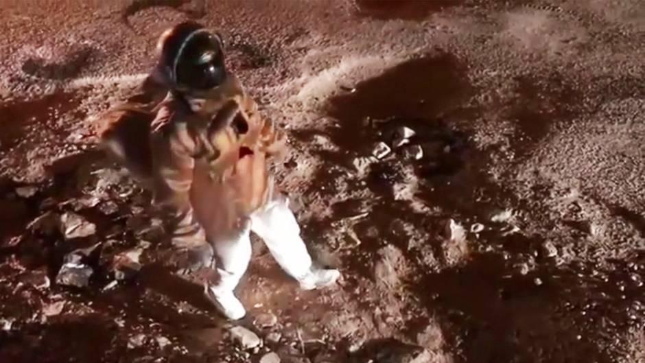 """Buchstäbliche Kraterlandschaft: Mann imitiert """"Moonwalk"""" auf schlimmer Schlagloch-Straße – Stadt reagiert sofort"""
