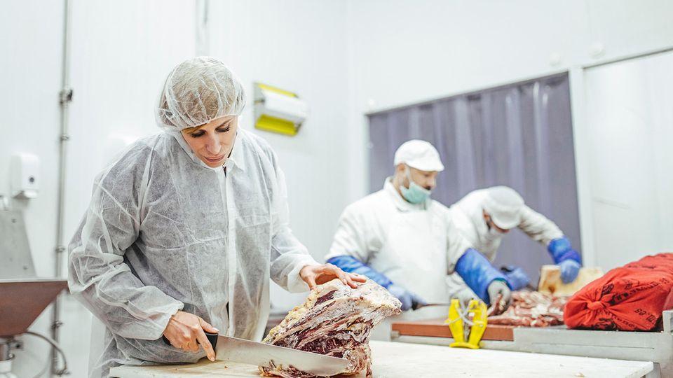 Obwohl ihr Reich der Verkaufsstand im Mercado Central ist, hilft Llorente Blanco manchmal auch beim Steakschneiden in der Industrieanlage