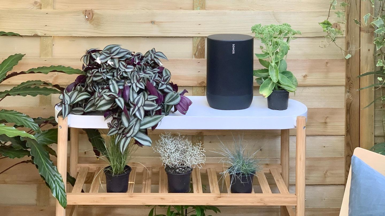Der Sonos Move lässt sich dank Akku und Tragegriff auch im Garten oder dem Strand benutzen