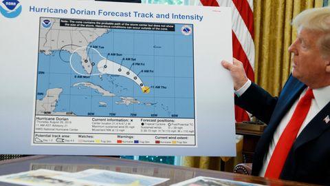 Donald Trump zeigt im Oval Office eine Karte mit dem prognostizierten Verlauf von Hurrikan Dorian