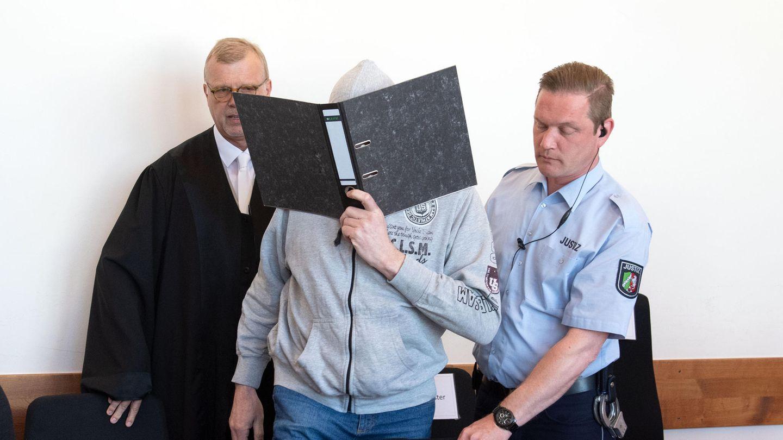 Der Angeklagte Andreas V. wird in den Saal des Landgerichtes geführt. Links sein Anwalt Johannes Salmen
