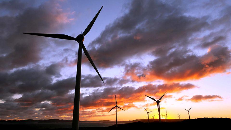 Windkraftanlage im Sonnenuntergang