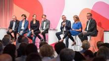 Norbert Walter-Borjans, Saskia Esken, Nina Scheer,Karl Lauterbach, Karl-Heinz Brunner, Petra Köpping undBoris Pistoriuswährend der ersten SPD-Regionalkonferenz auf der Bühne.