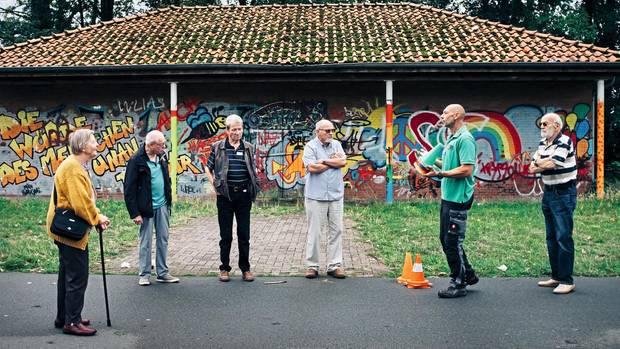 Sind wir noch Verkehrsteilnehmer oder schon -gefährder? Auf dem Festplatz in Nienburg haben sich die Seniorinnen und Senioren zum Fahrtraining versammelt.