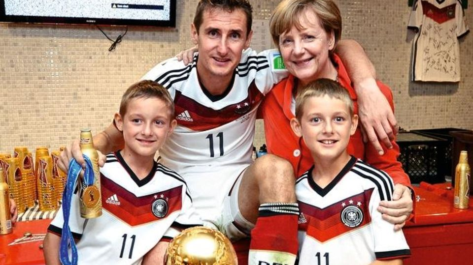 Miroslav Klose und Angela Merkel