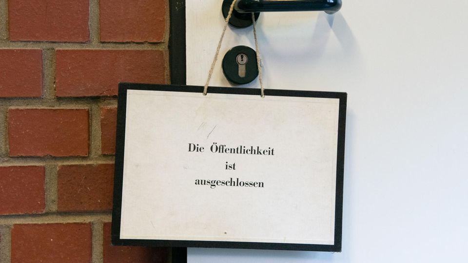 """Das Schild """"Die Öffentlichkeit ist ausgeschlossen"""" hängt an der Türe zu einem Gerichtssaal"""