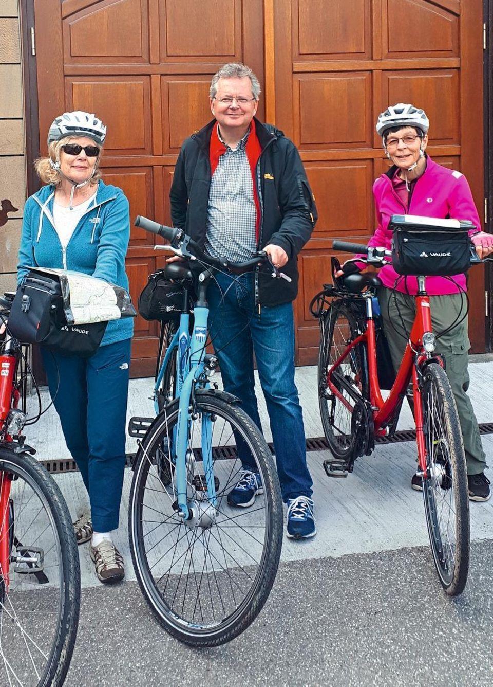 Bert Gamerschlag mit seinen beiden Wegbekanntschaften Susan und Janice