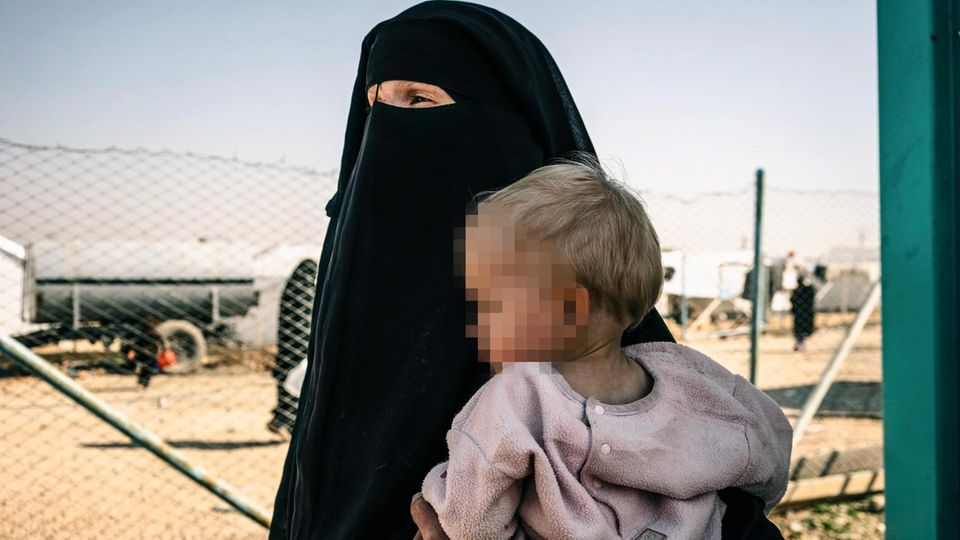 Leobota mit ihrer Tochter, das Gesicht verschleiert, in al-Hol