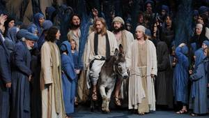 """Der Darsteller Andreas Richter als Jesus (M) reitet in der Szene """"Einzug aus Jerusalem"""" auf einem Esel"""