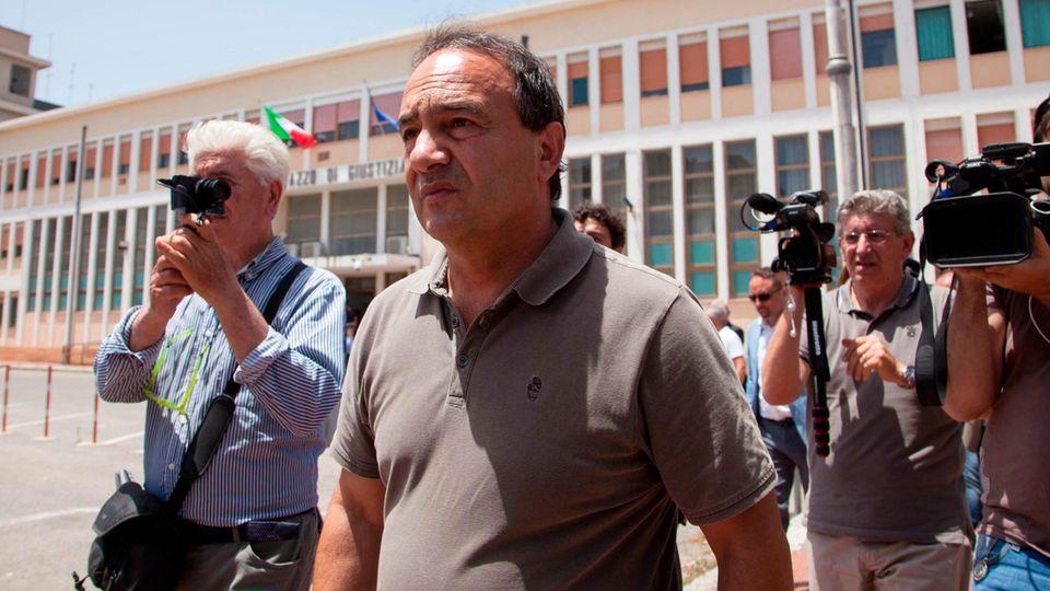 Domenico Lucano (M) verlässt nach einer Anhörung im Juni das Gericht in Locri