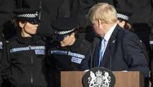 Boris Johnson, britischer Premierminister, dreht sich während einer Rede um