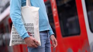 Der Einkaufsbeutel des Bücherladens Hugendubel wird von einer Person getragen.